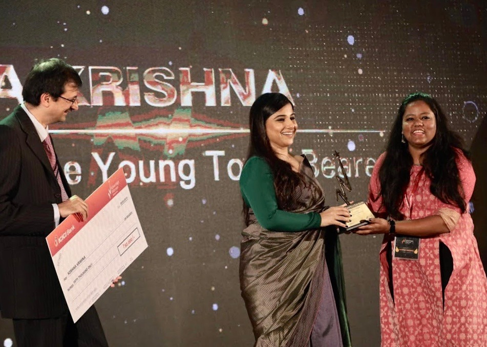 SEHER founder Koshika Krishna accepts the #FundYourOwnWorth Top 25 Inspirational Woman award from renowned actress Vidya Balan
